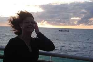 Eu, ao vento, com o por do sol como pano de fundo.